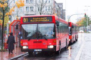 Roter Bus Linie 81 Suchsdorf Rungholtplatz hält an einer Station