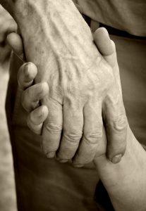 Zwei Hände, die einander festhalten | Foto: Helene Souza  / pixelio.de