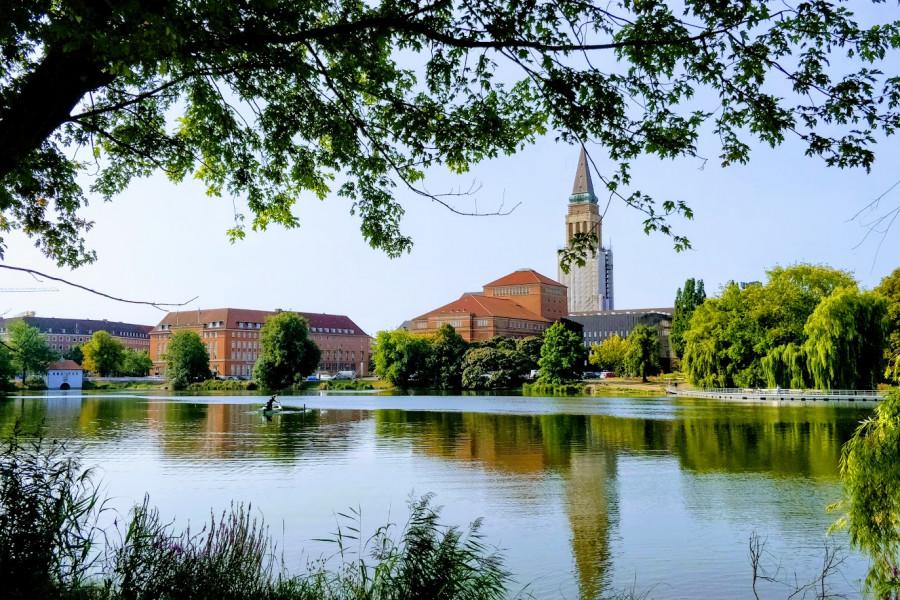 Kieler Rathaus und Opernhaus mit Kleinem Kiel im Vordergund