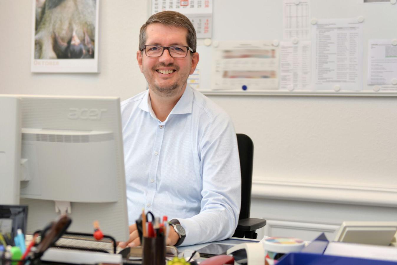 Dirk Lerche am Computerarbeitsplatz