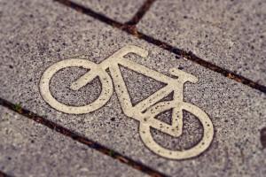 Fahrradsymbol auf Stein