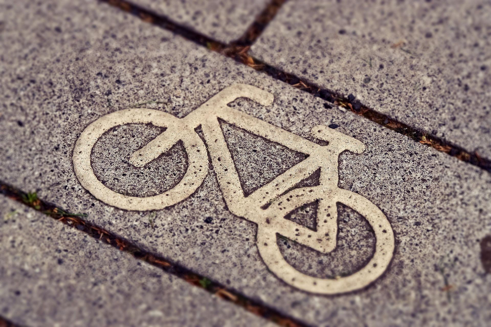 Fahrradsymbol auf Steinfußboden