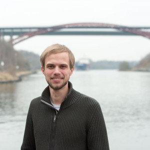Christoph Beeck vor Levensauer Hochbrücke