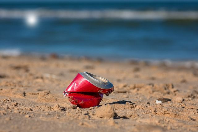 Zerknüllte Cola-Dose am Strand