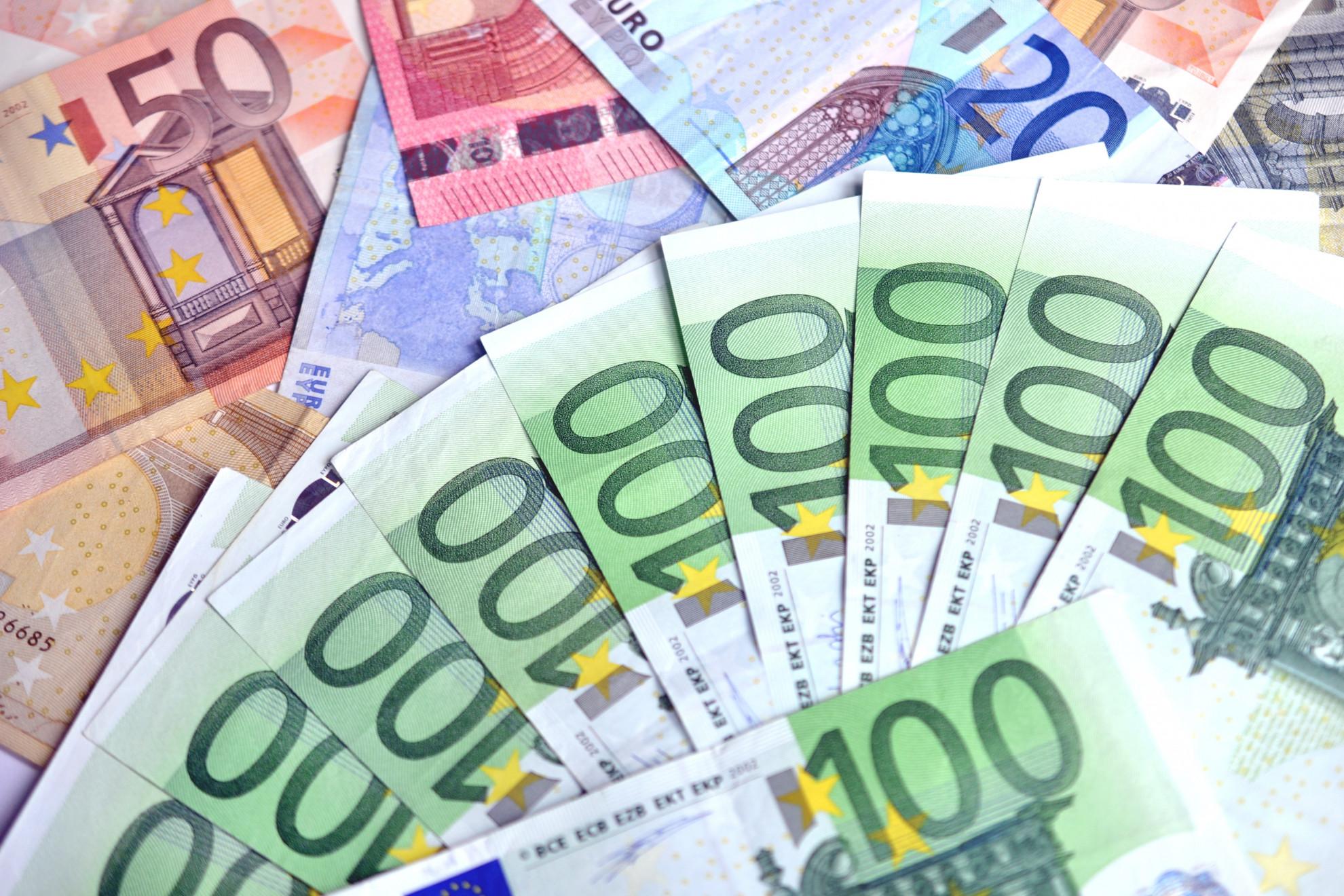 Geldscheine in den Werten 20, 50 und 100 Euro liegen aufgefächert da