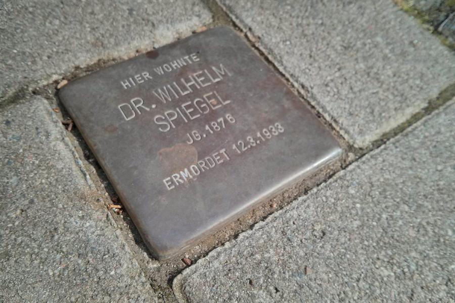 """Stolperstein mit der Aufschrift """"Hier wohnte Dr. Wilhelm Spiegel. Jg. 1876. Ermordet 123.1933"""""""