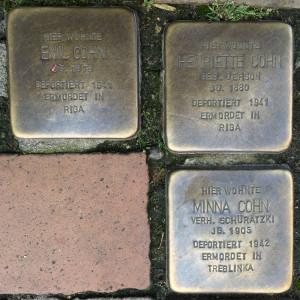 Drei Stolpersteine: Emil, Henriette und Minna Cohn