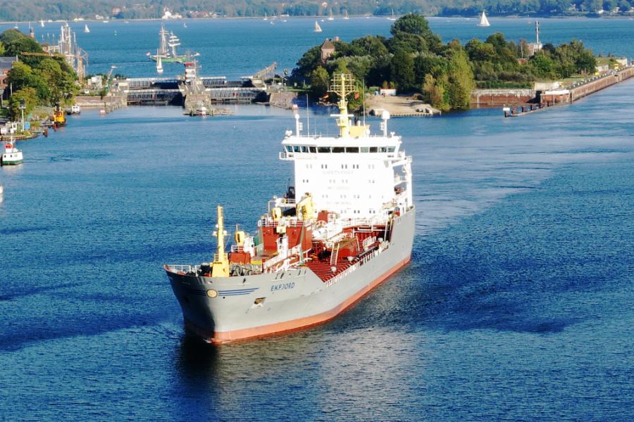 Containerschiff an der Holtenauer Schleuse