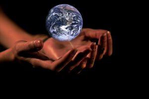 Die Erde liegt in den Händen der Menschheit