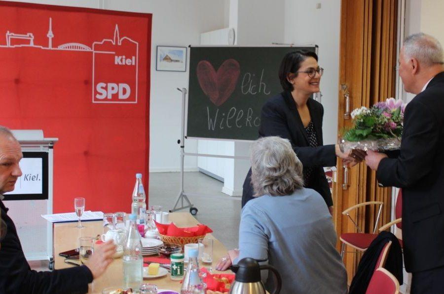 Peter Lohse übergibt Serpil Midyatli einen Blumenstrauß