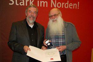 Eckehard Raupach bei der Verleihung der Willy Brandt Medaille durch Rolf Fischer