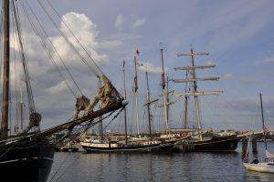 Segelschiffe im Wasser