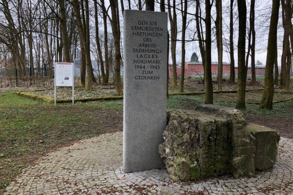 Gedenkstein für die ermordeten Häfltinge im Arbeitserziehungslager Nordmark. Kahle Bäume im Hintergrund