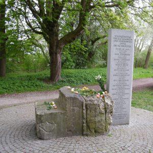 Blumen am Gedenkstein des AEL Nordmark