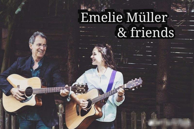 Emelie Müller & friends. Mädchen und Mann spielen Akustikgitarre