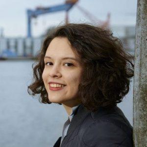 Delara Burkhardt mit den HDW-Kränen im Hintergrund
