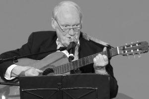 Karl-Heinz Luckhardt mit Gitarre