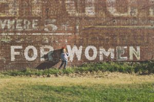 For woman. Mit weißer Farbe auf eine Backsteinmauer geschrieben