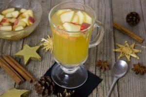 Punschglas mit Zutaten drumherum Apfel Äpfel Apfelsaft Amaretto Mandeln