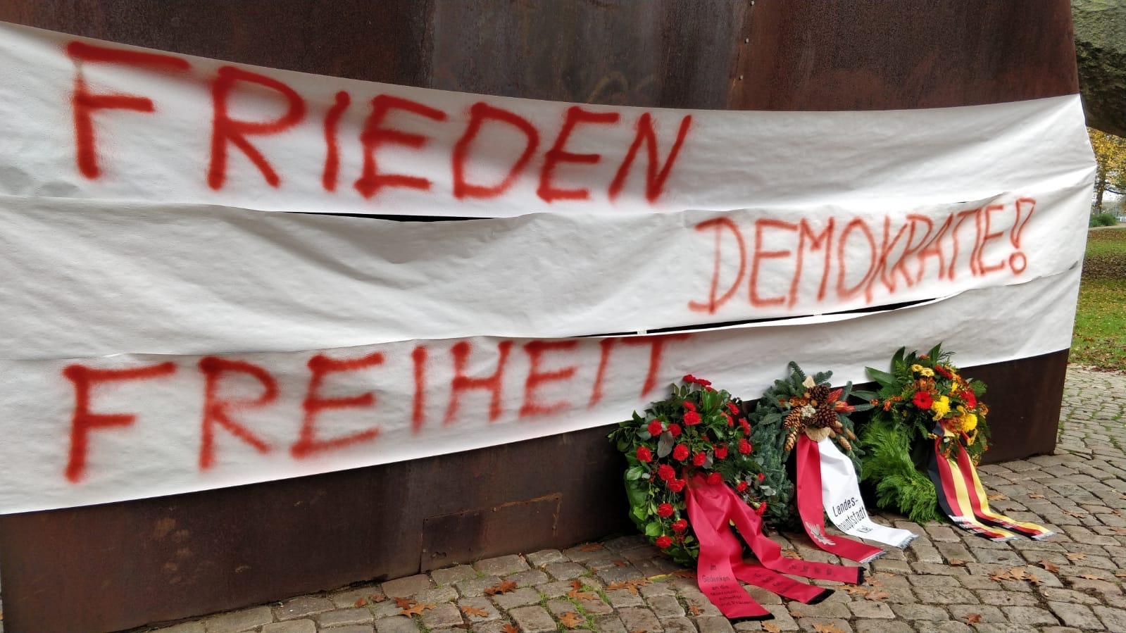 Frieden, Freiheit, Demokratie mit Kränzen