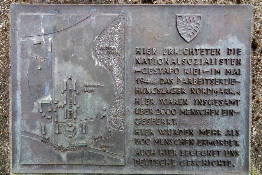 """Informationstafel am Zugang zur Gedenkstätte """"Arbeitserziehungslager Nordmark"""" in Kiel-Russee."""