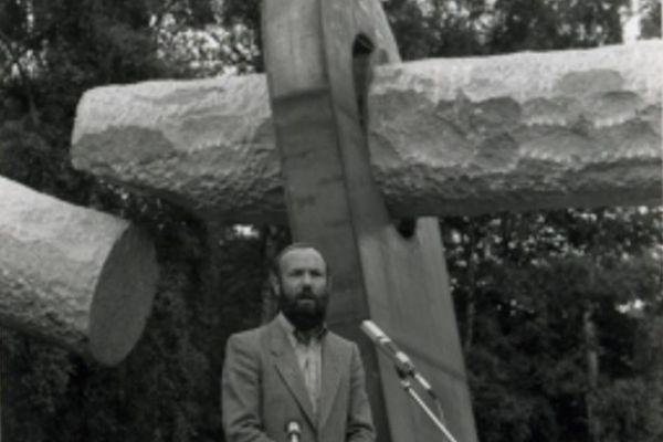 Rolf Johanning vor Revolutions-Denkmal
