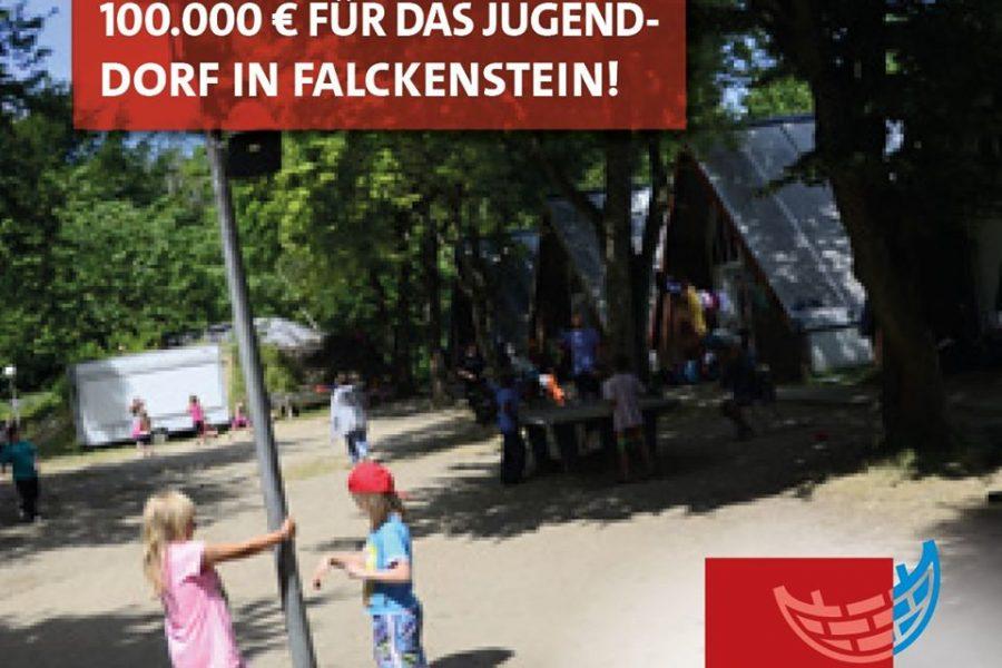Spielende Kinder vor Nur-Dachhäusern