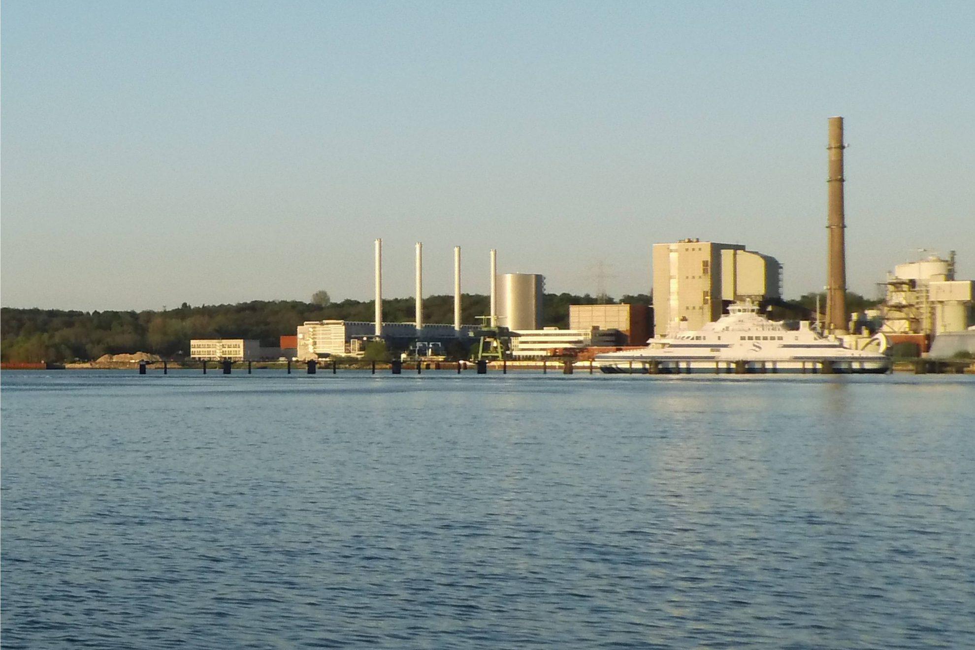 "Küstenkraftwerk K.I.E.L. (""Kiels intelligenteste Energie-Lösung"") links am Hafen Kiels auf dem Ostufer"