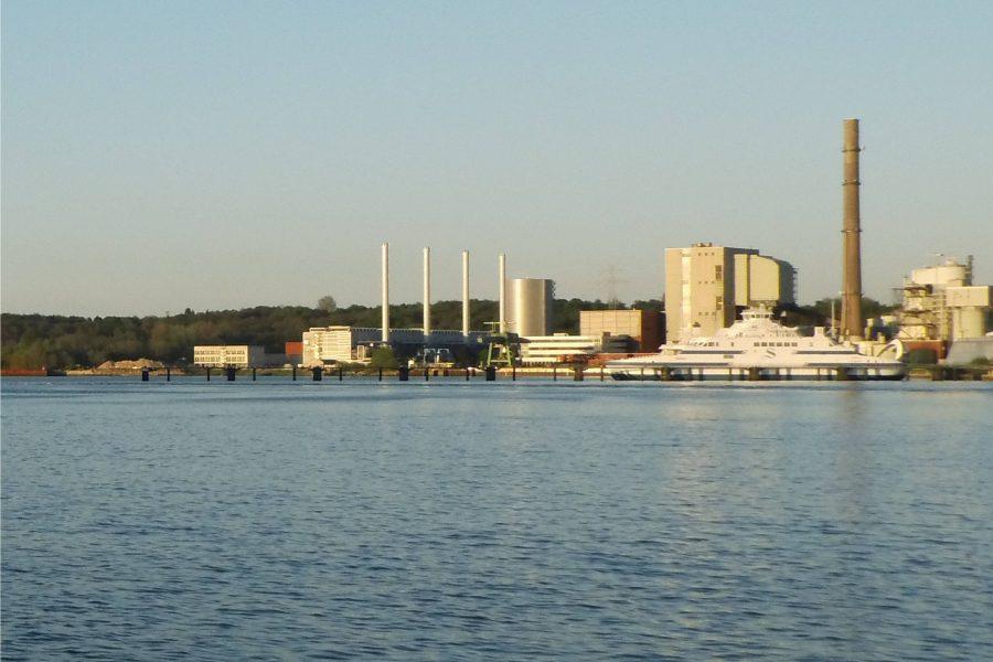 Küstenkraftwerk K.I.E.L. links am Hafen Kiels