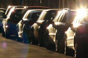 Autos parken hintereinander an der Straße