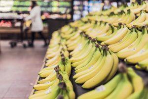 Bananen auf einer Stiege im Supermarkt