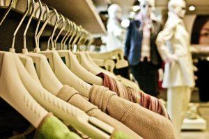 Kleidung im Geschäft und Modepuppen in einem Geschäft