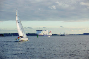 Segeltörn auf der Kieler Förde. Im Hintergrund fährt die Stena Line