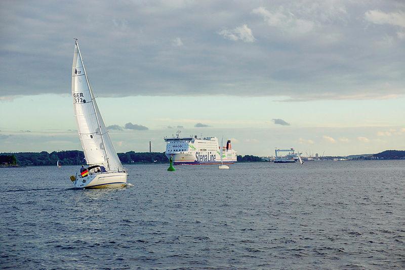 Foto Segeltörn auf der Kieler Förde. Im Hintergrund fährt die Stena Line