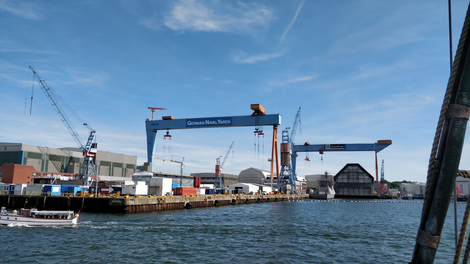 Blick vom Wasser auf die Portalkräne und Gebäude der Werft German Naval Yards