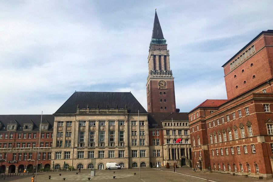 Das Foto zeigt den Kieler Ratshausplatz und im Zentrum steht der Rathausturm.
