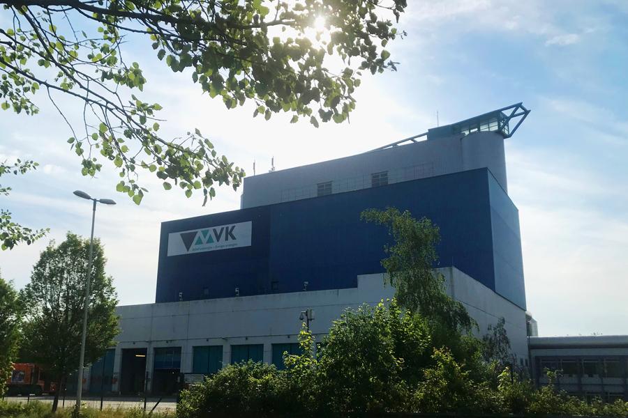 Das Foto zeigt das Firmengebäude der Müllverbrennung Kiel GmbH & Co. KG