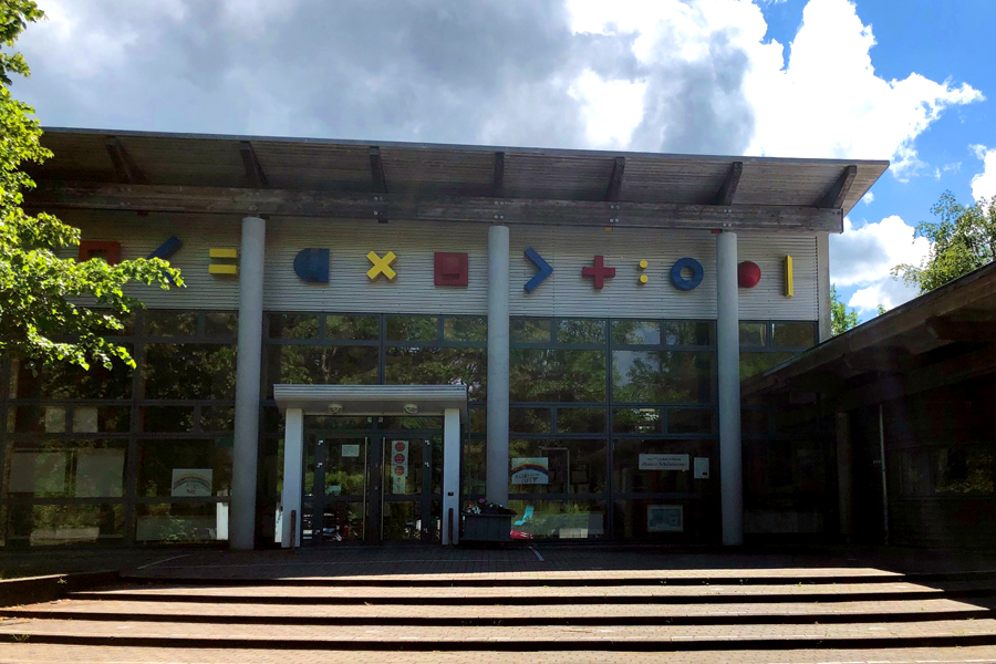 Das Foto zeigt die Theodor-Heuss-Grundschulein Kiel