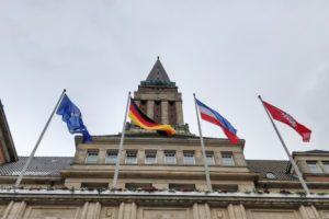 Kieler Rathaus mit Flaggen davor