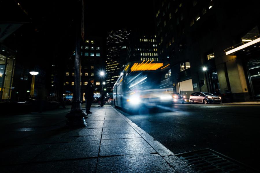 Fahrender Bus in der nächtlichen Stadt