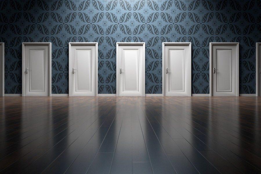 Sieben weiße Türen nebeneinander