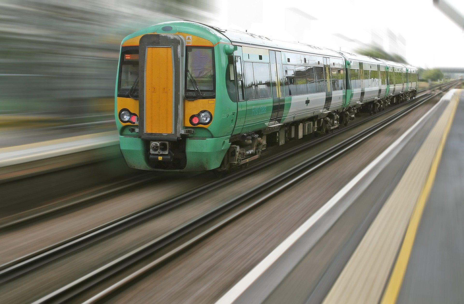 Grüner Zug mit verwischtem Hintergrund