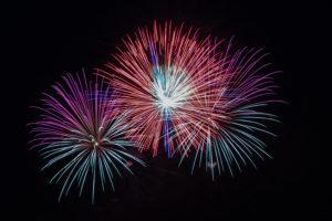 Foto zeigt ein Feuerwerk am Himmel bei Nacht