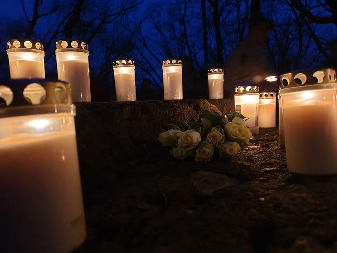 Gedenken mit Kerzen und Blumen