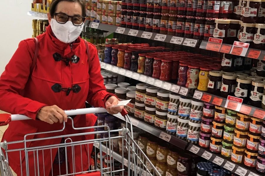 Anemone Helbig beim Einkauf im neuen Markt