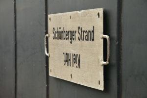 Altes Schild auf Waggon Kiel nach Schönberger Strand