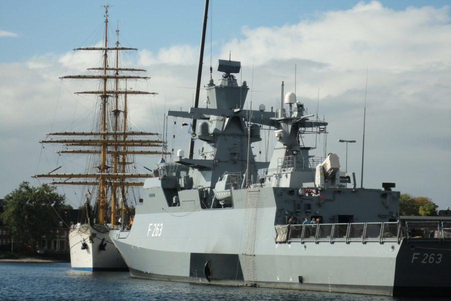 Marineschiff F263 und Segelschiff in der Ostsee