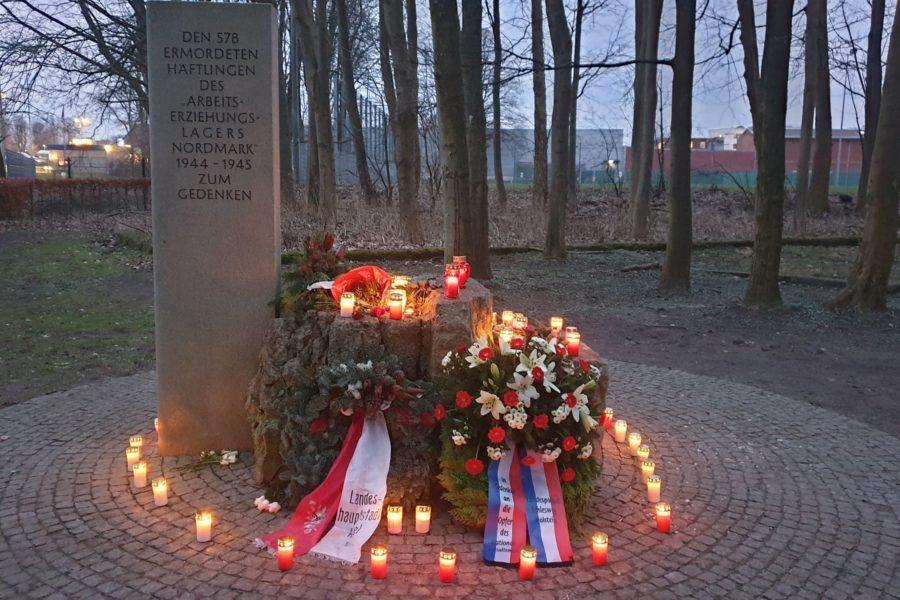 Kränze und Kerzen am Gedenkstein AEL Nordmark