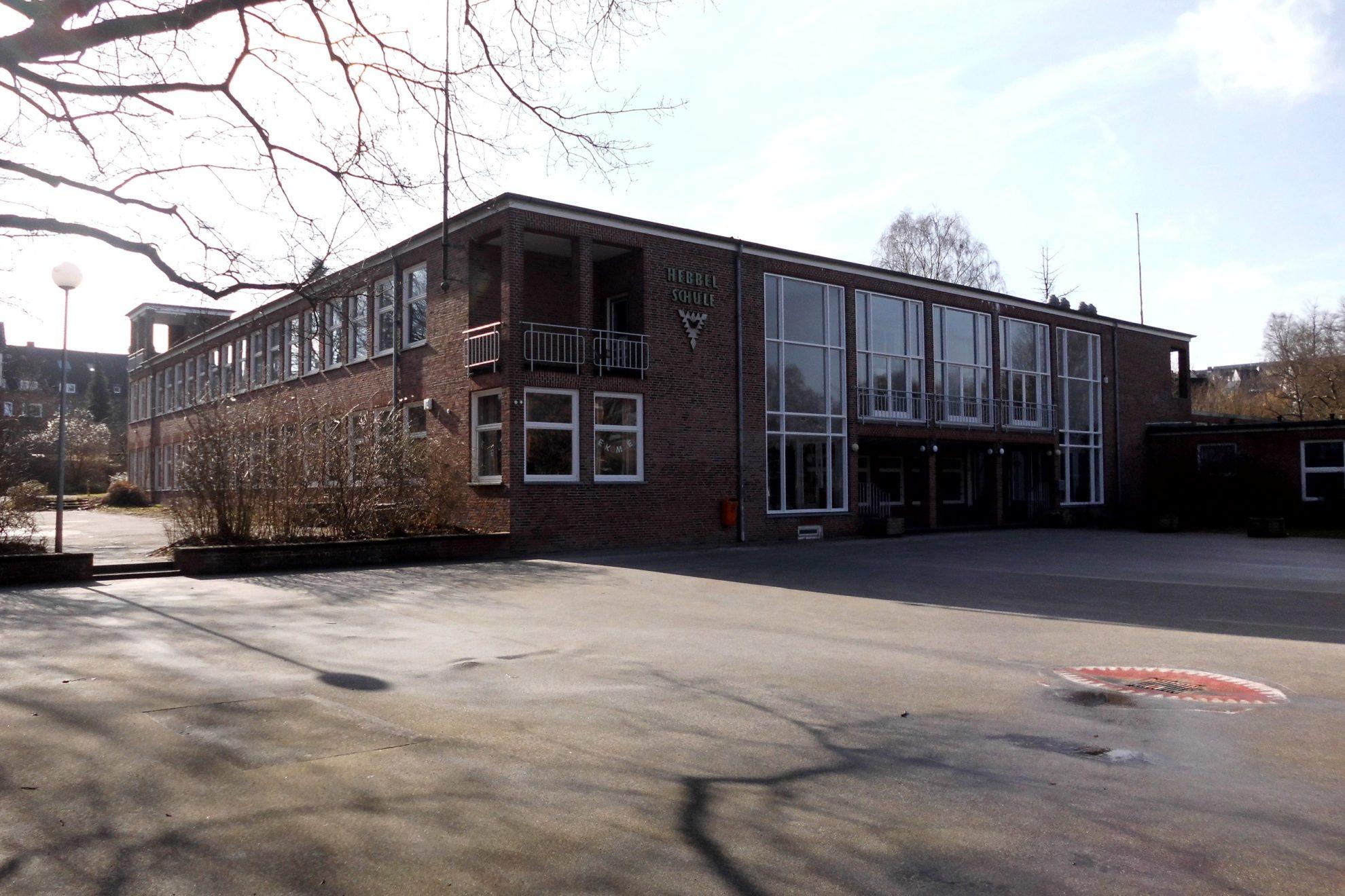 Hebbelschule mit Schulhof aus Asphalt davor
