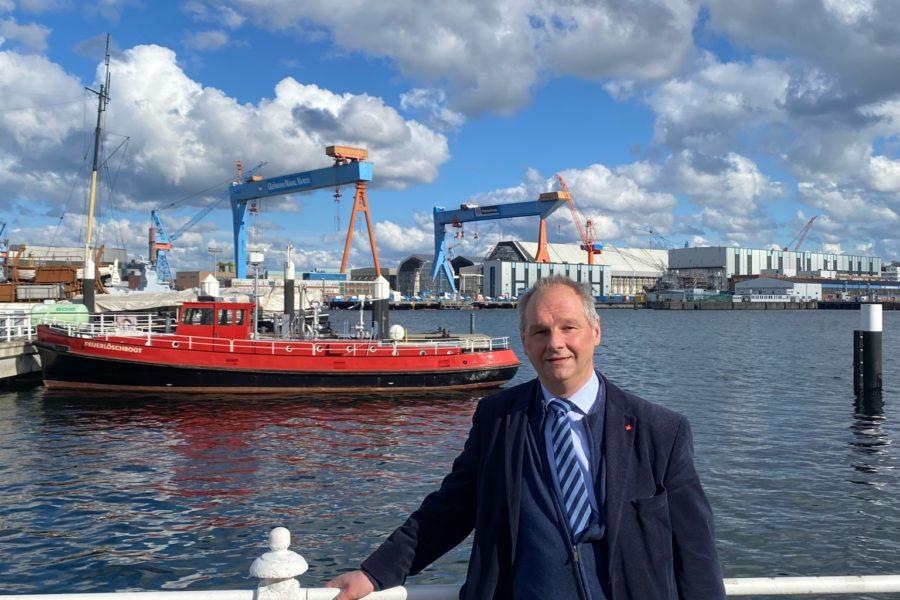 Mathias Stein an der Kieler Förde, im Hintergrund HDW-Kräne